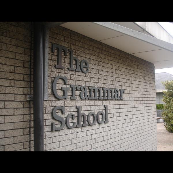 Guernsey Grammar School (https://en.wikipedia.org/wiki/Guernsey_Grammar_School_and_Sixth_Form_Centre#/media/File:Guernsey_Grammar_School.jpg)